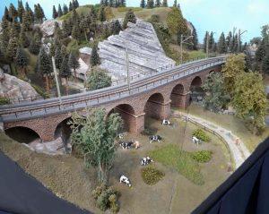 Spur H0: Bergkulisse mit einem Verlauf zu einem Industriegebiet