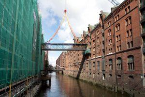 Miniatur Wunderland – Brücke überquert Atlantik – 750-Tonnen-Kran verbindet erfolgreich zwei Welten