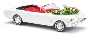 BUSCH 47527 Ford Mustang Cabrio, Hochzeit mit Girlanden